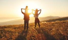 Famille heureuse : mère, père, enfants fils et fille sur le coucher du soleil photographie stock libre de droits