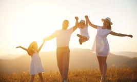 Famille heureuse : mère, père, enfants fils et fille sur le sunse Photographie stock libre de droits