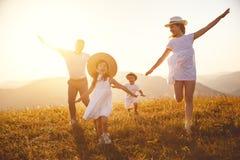 Famille heureuse : mère, père, enfants fils et fille sur le sunse Image libre de droits