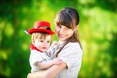 Famille heureuse, maman et petit fils ayant l'amusement dans le parc Été Photos stock