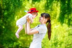Famille heureuse, maman et petit fils ayant l'amusement dans le parc Été Image libre de droits