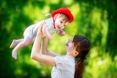 Famille heureuse, maman et petit fils ayant l'amusement dans le parc Été Photo libre de droits