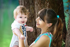 Famille heureuse, maman et petit fils ayant l'amusement dans le parc sur le l Photographie stock libre de droits