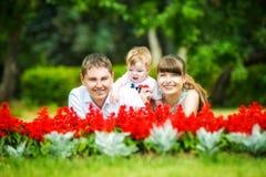 Famille heureuse, maman, papa et petit fils ayant l'amusement dans le parc Le Su Photographie stock
