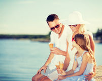 Famille heureuse mangeant la crème glacée  Images libres de droits