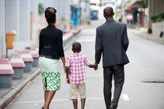 Famille heureuse marchant ensemble images stock