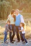 Famille heureuse marchant ensemble image stock