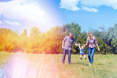 Famille heureuse marchant ensemble photo stock