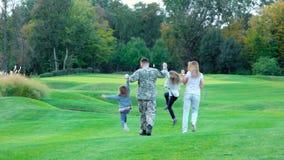 Famille heureuse marchant loin sur le terrain de golf banque de vidéos