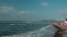 Famille heureuse marchant sur la plage, dans un jour d'été clips vidéos