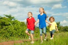 Famille heureuse marchant sur la route Image stock