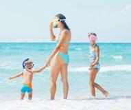 Famille heureuse naviguant au schnorchel Photos libres de droits