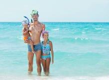 Famille heureuse naviguant au schnorchel Photos stock
