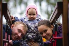 Famille heureuse : Père, mère et enfant - petite fille marchant en parc d'automne : mamy, bébé de papa jouant au terrain de jeu Photographie stock libre de droits