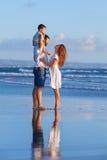 Famille heureuse - père, mère, fils de bébé des vacances de plage de mer Photo libre de droits
