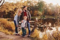 Famille heureuse passant le temps ensemble extérieur Capture de mode de vie, scène confortable rurale Images libres de droits