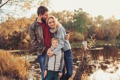 Famille heureuse passant le temps ensemble extérieur Capture de mode de vie, scène confortable rurale Photos stock