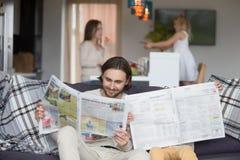 Famille heureuse passant le temps libre ensemble à la maison image libre de droits