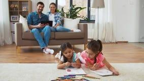 Famille heureuse passant le temps libre ? la maison banque de vidéos