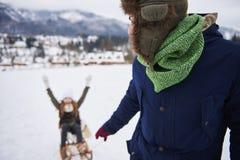 Famille heureuse pendant l'horaire d'hiver Images stock