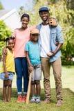Famille heureuse posant ensemble Images stock