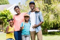 Famille heureuse posant ensemble Photo libre de droits