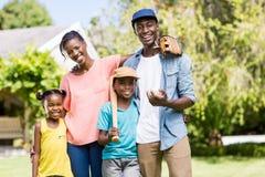 Famille heureuse posant ensemble Photographie stock libre de droits