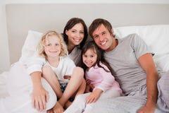 Famille heureuse posant sur un bâti Image libre de droits