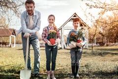 Famille heureuse pour leur homme dans le village photos stock