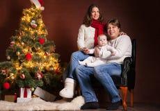 Famille heureuse près d'arbre de Noël à la maison Images stock