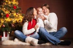 Famille heureuse près d'arbre de Noël à la maison Photos libres de droits