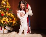 Famille heureuse près d'arbre de Noël à la maison Image libre de droits