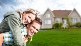 Famille heureuse près de nouvelle maison. photographie stock