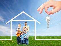 Famille heureuse près de nouvelle maison image stock