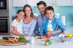 Famille heureuse préparant des légumes ensemble Images stock