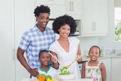 Famille heureuse préparant des légumes ensemble Images libres de droits