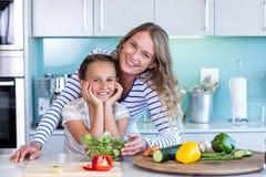 Famille heureuse préparant le déjeuner ensemble Photos libres de droits