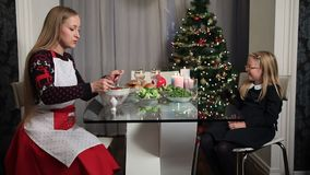 Famille heureuse préparant le dîner pour le réveillon de Noël clips vidéos
