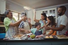 Famille heureuse préparant le dessert dans la cuisine photographie stock libre de droits