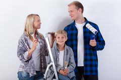 Famille heureuse rénovant leur nouvelle maison photographie stock libre de droits