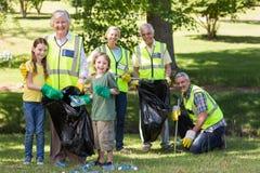 Famille heureuse rassemblant des déchets image libre de droits