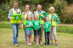 Famille heureuse rassemblant des déchets photographie stock libre de droits