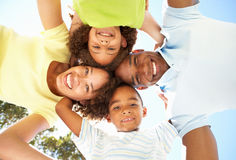 Famille heureuse regardant vers le bas dans l'appareil-photo en stationnement photos stock