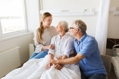 Famille heureuse rendant visite à la femme supérieure à l'hôpital Photographie stock libre de droits