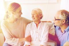 Famille heureuse rendant visite à la femme supérieure à l'hôpital Photo stock
