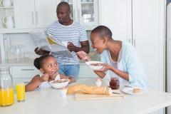 Famille heureuse reposant et prenant le petit déjeuner image libre de droits