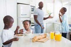 Famille heureuse reposant et prenant le petit déjeuner Photos libres de droits