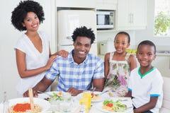 Famille heureuse s'asseyant au dîner ensemble Photos libres de droits