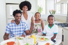 Famille heureuse s'asseyant au dîner ensemble Photo libre de droits