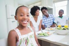 Famille heureuse s'asseyant au dîner ensemble Images libres de droits